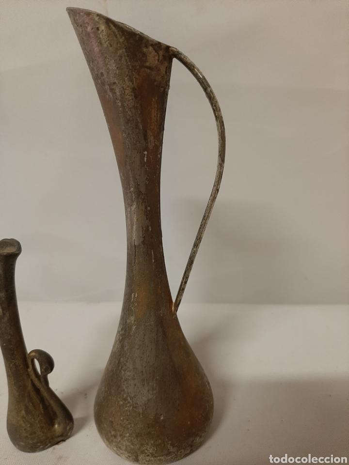 Antigüedades: Antigua pareja de floreros de metal, marca momparler valencia. - Foto 2 - 202113315