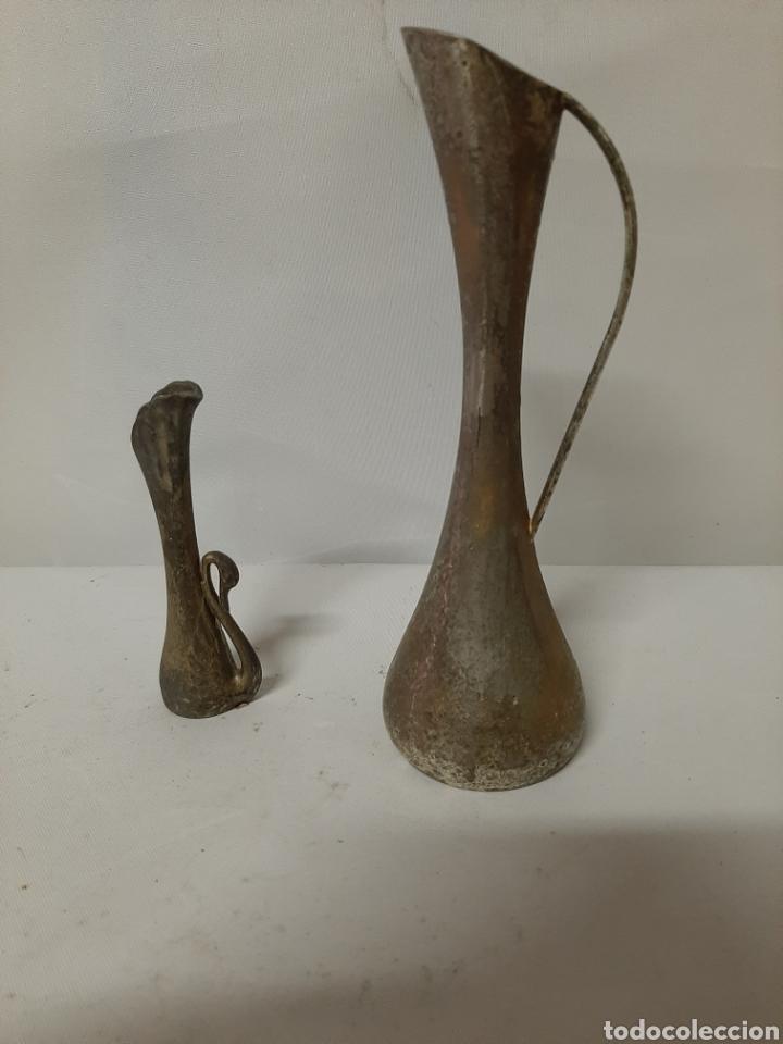 ANTIGUA PAREJA DE FLOREROS DE METAL, MARCA MOMPARLER VALENCIA. (Antigüedades - Hogar y Decoración - Floreros Antiguos)