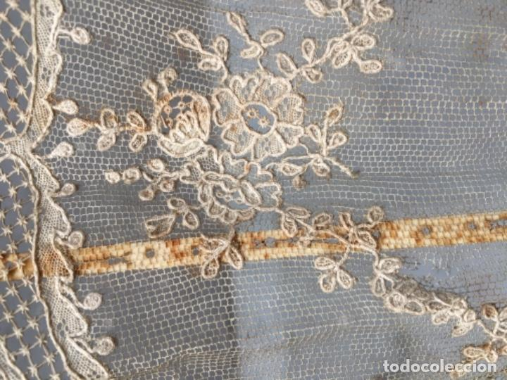 Antigüedades: ANTIGUO ABANICO DE MARFIL Y PUNTILLA ORIENTAL S. XVIIII - LAS DOS VARILLAS PRINCIPALES CON FIGURAS - Foto 18 - 171339973
