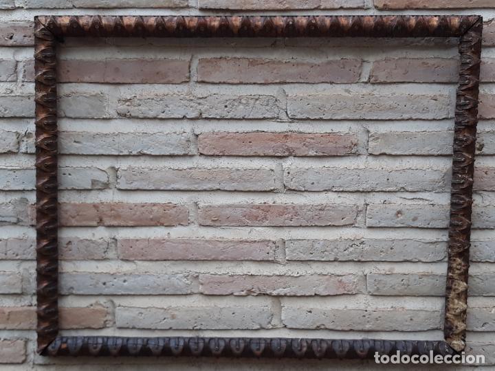 1 ) MARCO ANTIGUO EN MADERA CON ESTUCO DORADO. (Antigüedades - Hogar y Decoración - Marcos Antiguos)