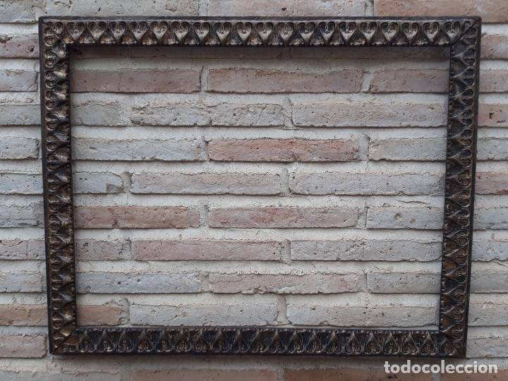 2 ) MARCO ANTIGUO EN MADERA CON ESTUCO DORADO. (Antigüedades - Hogar y Decoración - Marcos Antiguos)