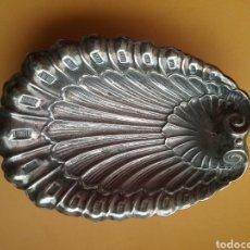Antigüedades: BANDEJA DE MENESES EN METAL PLATEADO Y FORMA DE CONCHA.. Lote 202318400