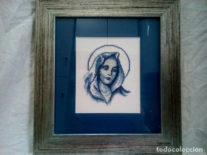 Antigüedades: Portapaz religioso . Virgen efectuada en petit point .Años 60 . Enmarcacion años 80 .33 x30 cm - Foto 4 - 202363041