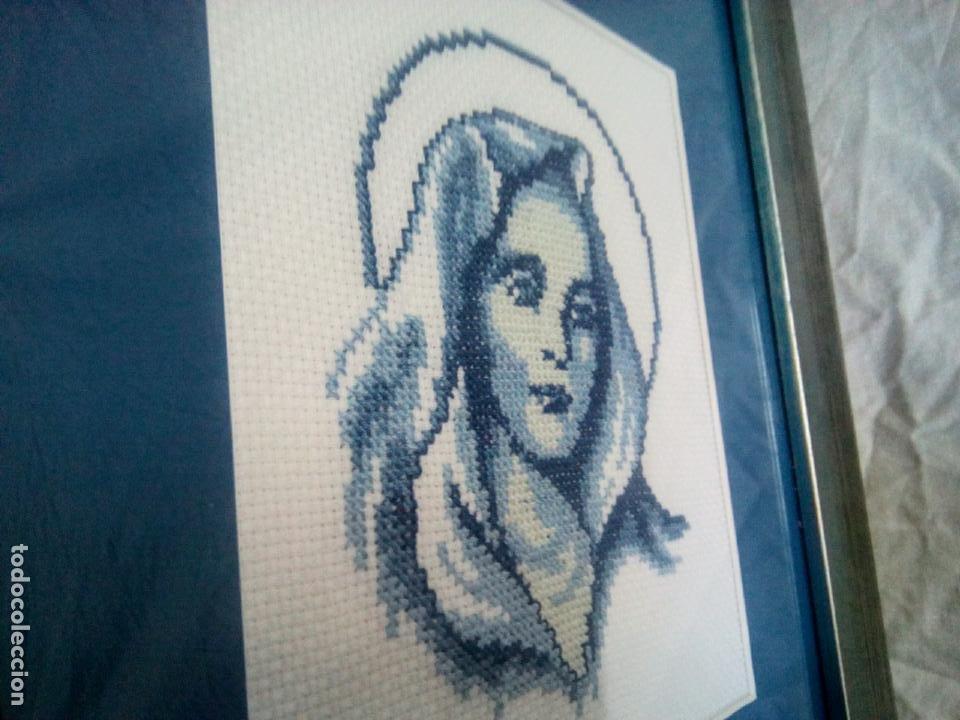 Antigüedades: Portapaz religioso . Virgen efectuada en petit point .Años 60 . Enmarcacion años 80 .33 x30 cm - Foto 7 - 202363041