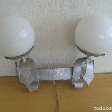 Antigüedades: APLIQUE LAMPARA HIERRO FORJA 2 LUCES. Lote 202363751