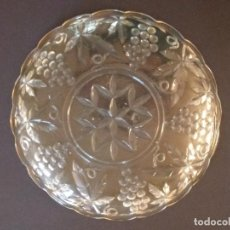 Antigüedades: PLATO - BANDEJA - CENTRO DE MESA DE CRISTAL GRABADO RACIMO DE UVAS - 24 CMS. Lote 202397375