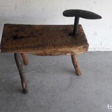 Antigüedades: BIGORNIA DE ZAPATERO CON BANCO. Lote 202430092