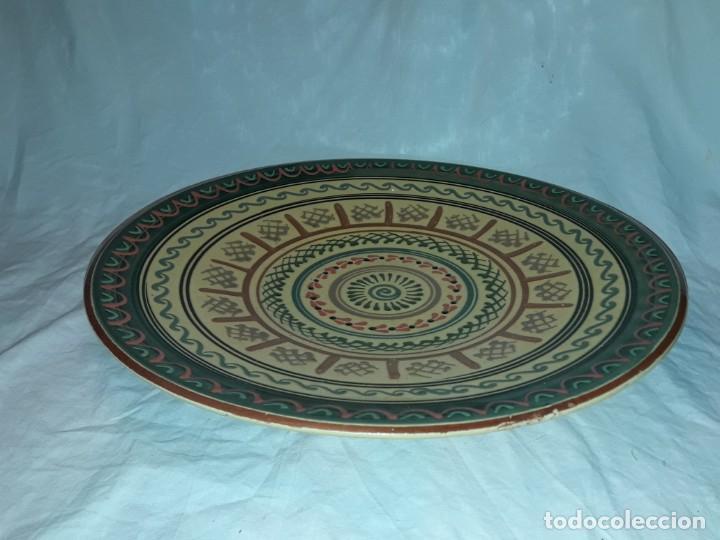 Antigüedades: Bello gran plato de cerámica vidriada hecho y pintado a mano mandala 35cm - Foto 3 - 202573923