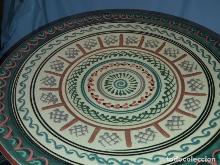 Antigüedades: Bello gran plato de cerámica vidriada hecho y pintado a mano mandala 35cm - Foto 7 - 202573923