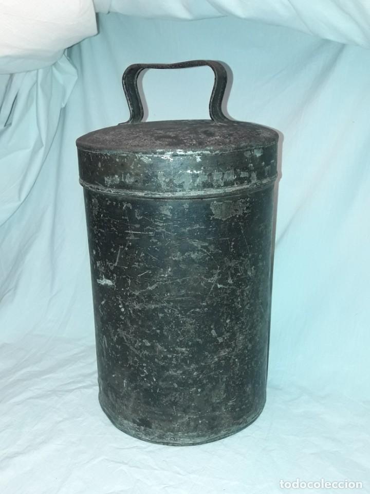 ANTIGUA CAJA O LATA REDONDA DE METAL CON TAPA Y ASA 36CM (Antigüedades - Hogar y Decoración - Cajas Antiguas)