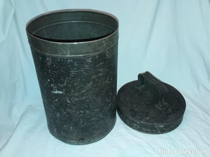 Antigüedades: Antigua caja o lata redonda de metal con tapa y asa 36cm - Foto 2 - 202595762