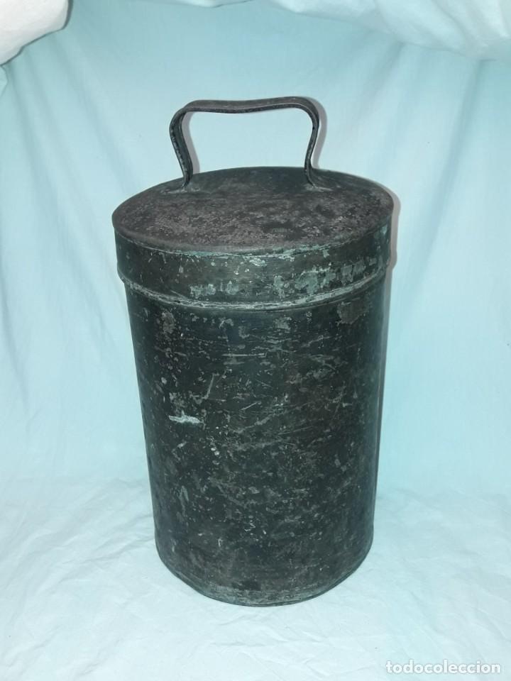 Antigüedades: Antigua caja o lata redonda de metal con tapa y asa 36cm - Foto 3 - 202595762