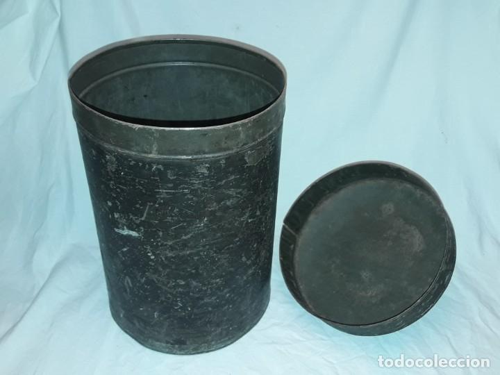Antigüedades: Antigua caja o lata redonda de metal con tapa y asa 36cm - Foto 4 - 202595762