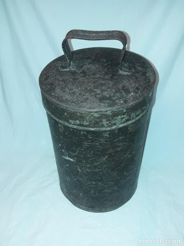 Antigüedades: Antigua caja o lata redonda de metal con tapa y asa 36cm - Foto 5 - 202595762