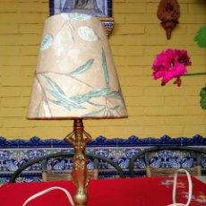 Antigüedades: LÁMPARA ANTIGUA DE BRONCE CON PANTALLA. Lote 202634386