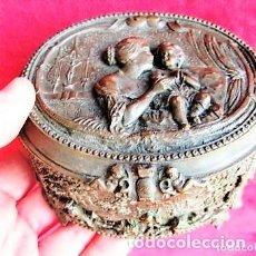 Antigüedades: MAGNÍFICO JOYERO EN COBRE SOBRE METAL PLATEADO CON RELIEVES OBRA DE ARTE. Lote 172046554