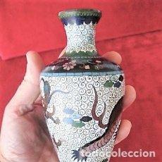 Antigüedades: JARRÓN CHINO, CLOISONNE MOTIVOS ORIENTALES DRAGÓN. 18 CMS 220 GRS. Lote 132474922