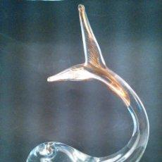 Antigüedades: FIGURA DE BALLENA EN CRISTAL TRASPARENTE DE MURANO CON DETALLES AL ORO FINO. ITALIA. AÑOS 50.. Lote 202746278