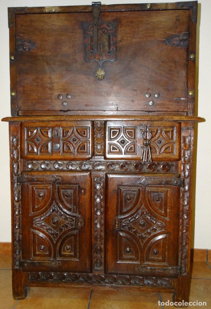 BARGUEÑO S XVII CASTELLANO DE COFRADÍA DE NOGAL DE CON HERRAJES CON SU TAQUILLÓN DE NOGAL. EMBLEMA (Antigüedades - Muebles Antiguos - Bargueños Antiguos)
