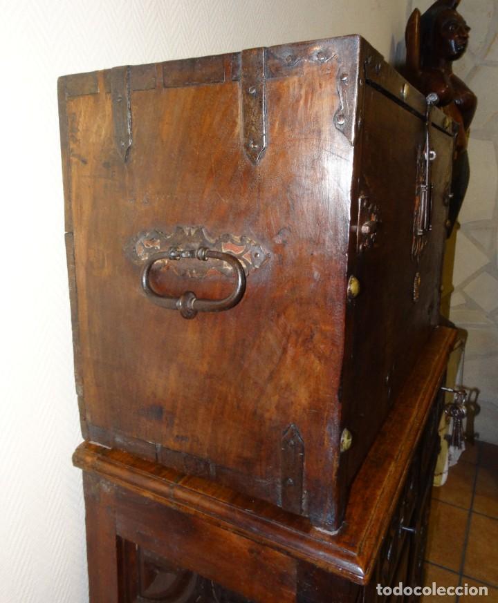 Antigüedades: BARGUEÑO S XVII CASTELLANO DE COFRADÍA DE NOGAL DE CON HERRAJES CON SU TAQUILLÓN DE NOGAL. EMBLEMA - Foto 5 - 202763360