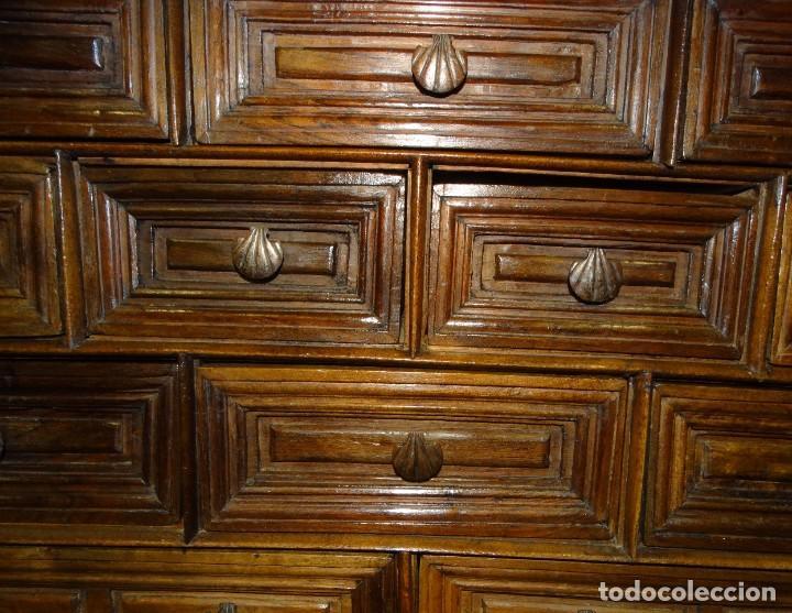 Antigüedades: BARGUEÑO S XVII CASTELLANO DE COFRADÍA DE NOGAL DE CON HERRAJES CON SU TAQUILLÓN DE NOGAL. EMBLEMA - Foto 7 - 202763360