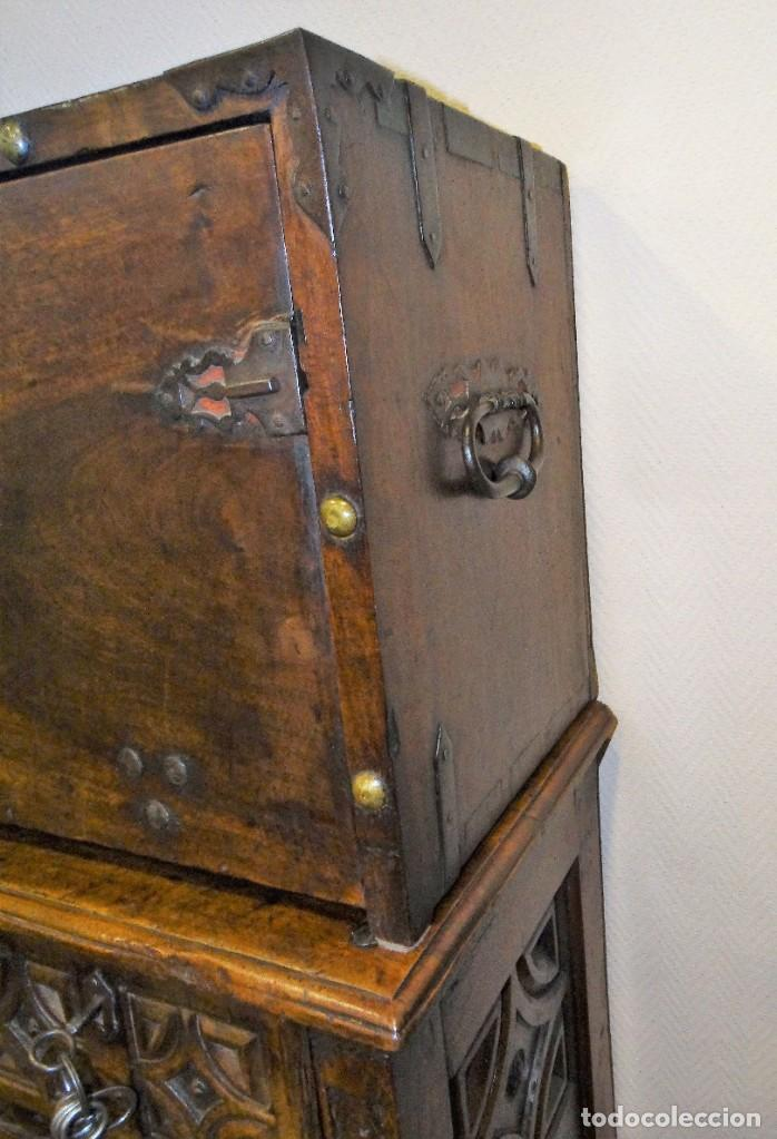 Antigüedades: BARGUEÑO S XVII CASTELLANO DE COFRADÍA DE NOGAL DE CON HERRAJES CON SU TAQUILLÓN DE NOGAL. EMBLEMA - Foto 8 - 202763360