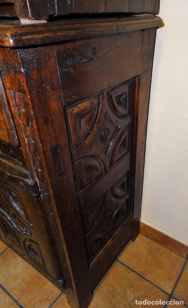 Antigüedades: BARGUEÑO S XVII CASTELLANO DE COFRADÍA DE NOGAL DE CON HERRAJES CON SU TAQUILLÓN DE NOGAL. EMBLEMA - Foto 9 - 202763360
