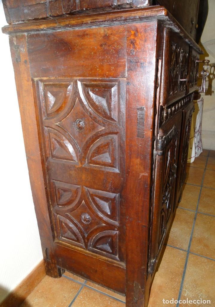 Antigüedades: BARGUEÑO S XVII CASTELLANO DE COFRADÍA DE NOGAL DE CON HERRAJES CON SU TAQUILLÓN DE NOGAL. EMBLEMA - Foto 10 - 202763360