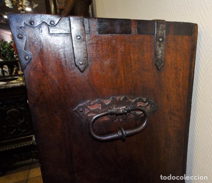 Antigüedades: BARGUEÑO S XVII CASTELLANO DE COFRADÍA DE NOGAL DE CON HERRAJES CON SU TAQUILLÓN DE NOGAL. EMBLEMA - Foto 11 - 202763360