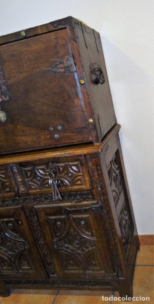 Antigüedades: BARGUEÑO S XVII CASTELLANO DE COFRADÍA DE NOGAL DE CON HERRAJES CON SU TAQUILLÓN DE NOGAL. EMBLEMA - Foto 17 - 202763360