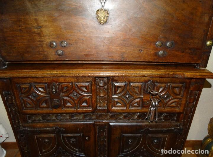 Antigüedades: BARGUEÑO S XVII CASTELLANO DE COFRADÍA DE NOGAL DE CON HERRAJES CON SU TAQUILLÓN DE NOGAL. EMBLEMA - Foto 20 - 202763360