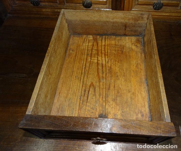 Antigüedades: BARGUEÑO S XVII CASTELLANO DE COFRADÍA DE NOGAL DE CON HERRAJES CON SU TAQUILLÓN DE NOGAL. EMBLEMA - Foto 26 - 202763360