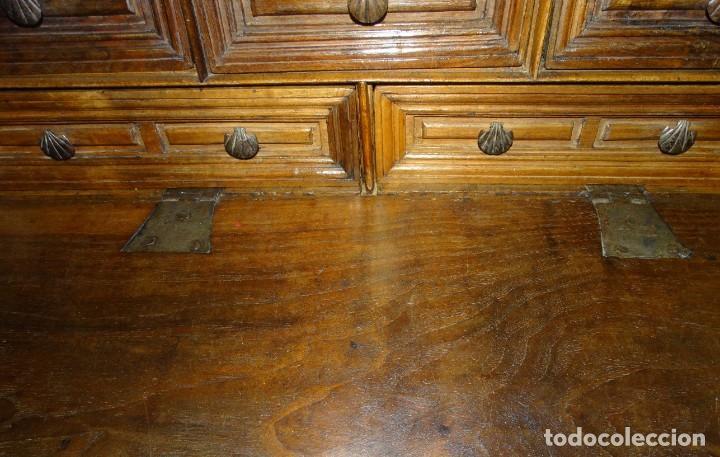 Antigüedades: BARGUEÑO S XVII CASTELLANO DE COFRADÍA DE NOGAL DE CON HERRAJES CON SU TAQUILLÓN DE NOGAL. EMBLEMA - Foto 27 - 202763360