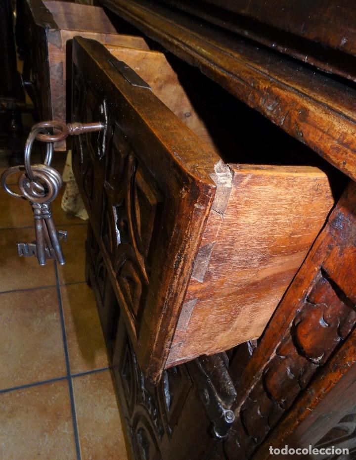 Antigüedades: BARGUEÑO S XVII CASTELLANO DE COFRADÍA DE NOGAL DE CON HERRAJES CON SU TAQUILLÓN DE NOGAL. EMBLEMA - Foto 29 - 202763360
