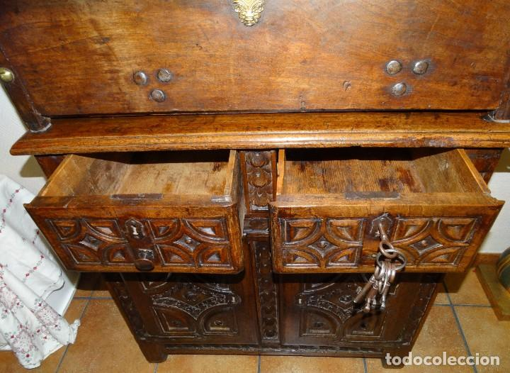 Antigüedades: BARGUEÑO S XVII CASTELLANO DE COFRADÍA DE NOGAL DE CON HERRAJES CON SU TAQUILLÓN DE NOGAL. EMBLEMA - Foto 30 - 202763360