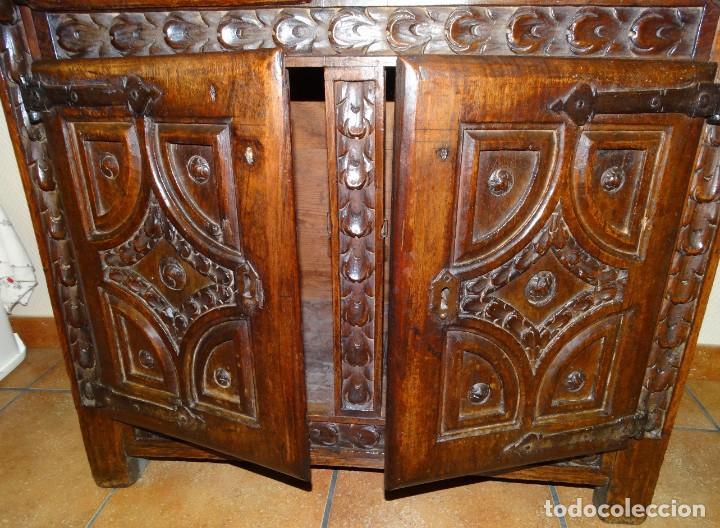 Antigüedades: BARGUEÑO S XVII CASTELLANO DE COFRADÍA DE NOGAL DE CON HERRAJES CON SU TAQUILLÓN DE NOGAL. EMBLEMA - Foto 35 - 202763360