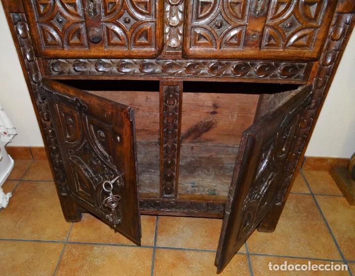 Antigüedades: BARGUEÑO S XVII CASTELLANO DE COFRADÍA DE NOGAL DE CON HERRAJES CON SU TAQUILLÓN DE NOGAL. EMBLEMA - Foto 37 - 202763360
