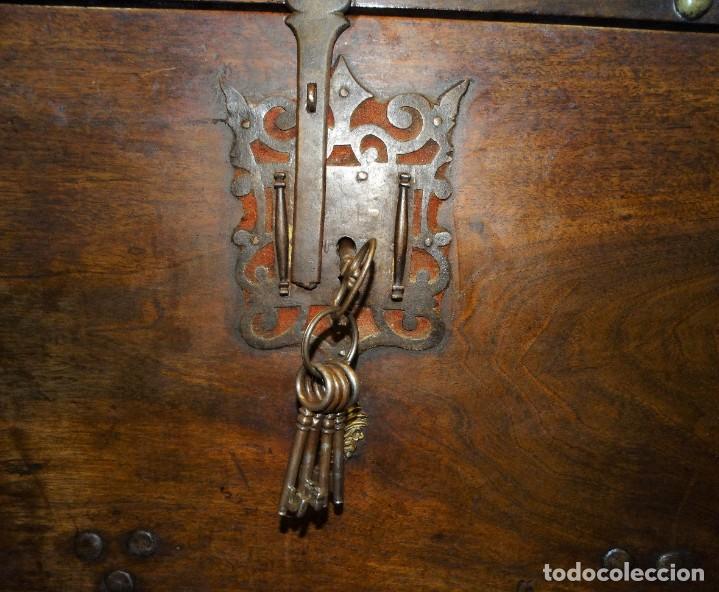 Antigüedades: BARGUEÑO S XVII CASTELLANO DE COFRADÍA DE NOGAL DE CON HERRAJES CON SU TAQUILLÓN DE NOGAL. EMBLEMA - Foto 38 - 202763360
