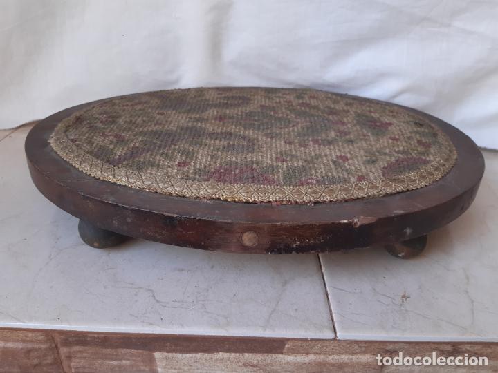 BASE ANTIGUA DE MADERA Y TELA PARA FANAL OVALADO. 30 X 38 CMS. 5.5 CMS. ALTURA. (Antigüedades - Hogar y Decoración - Otros)