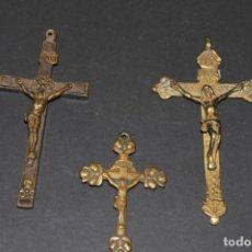 Antigüedades: LOTE DE 3 CRUCES ANTIGUAS RELIGIOSAS EN BRONCE - SIGLOS XVIII - XIX. Lote 202873155