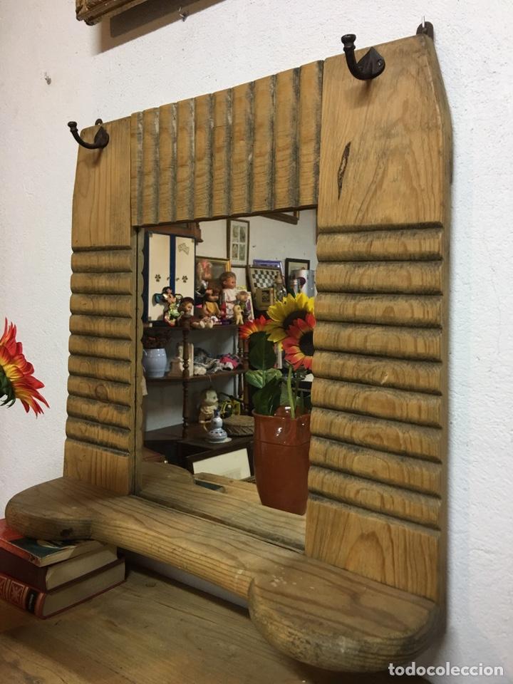 Antigüedades: Espejo rústico antiguo en madera de pino con estante y perchas en hierro s.XIX - Entrada, baño - Foto 2 - 202932360
