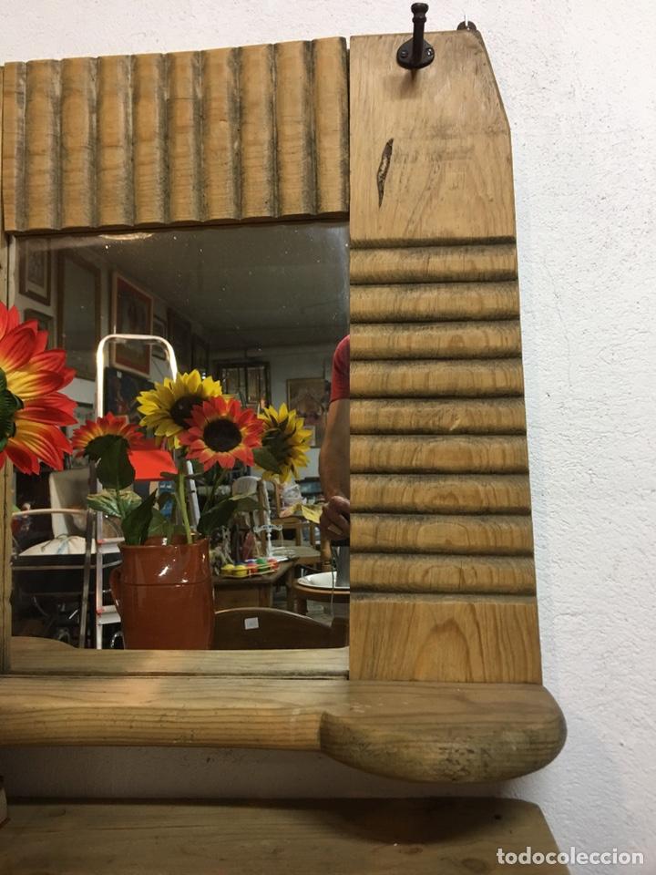 Antigüedades: Espejo rústico antiguo en madera de pino con estante y perchas en hierro s.XIX - Entrada, baño - Foto 5 - 202932360