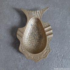 Antigüedades: ANTIGUO CENICERO INDIVIDUAL EN FORMA DE PEZ * LATÓN LABRADO. Lote 202981701
