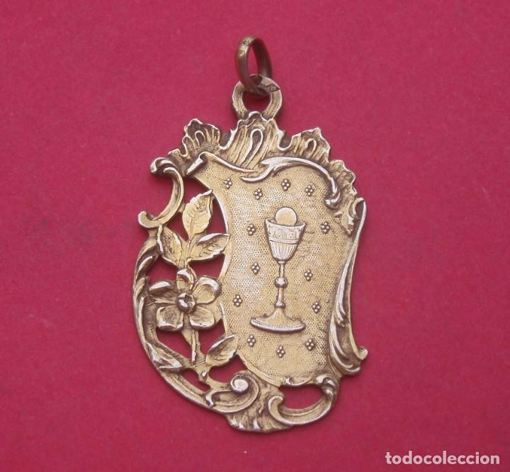 MEDALLA MODERNISTA EN PLATA CON EL SANTO CÁLIZ. (Antigüedades - Religiosas - Medallas Antiguas)