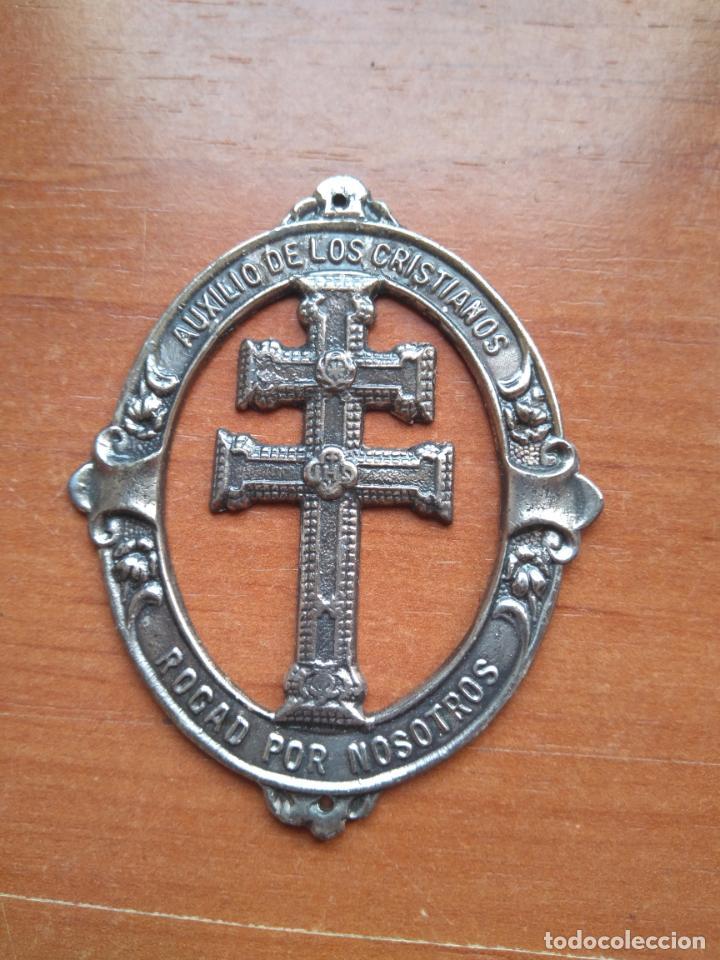 SANTISIMA CRUZ DE CARAVACA - AUXILIO DE LOS CRISTIANOS (ANTIGUA MEDALLA PARA COSER EN LA ROPA) (Antigüedades - Religiosas - Medallas Antiguas)