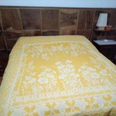 Antigüedades: PRECIOSA COLCHA DE ALGODÓN BROCADA AMARILLA Y BLANCO. Lote 203106772