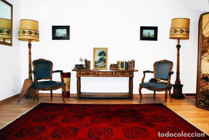 Antigüedades: Elegante conjunto de salón. Aparador en nogal macizo con cajones y dos butacas estilo Luis XV. - Foto 2 - 203198358