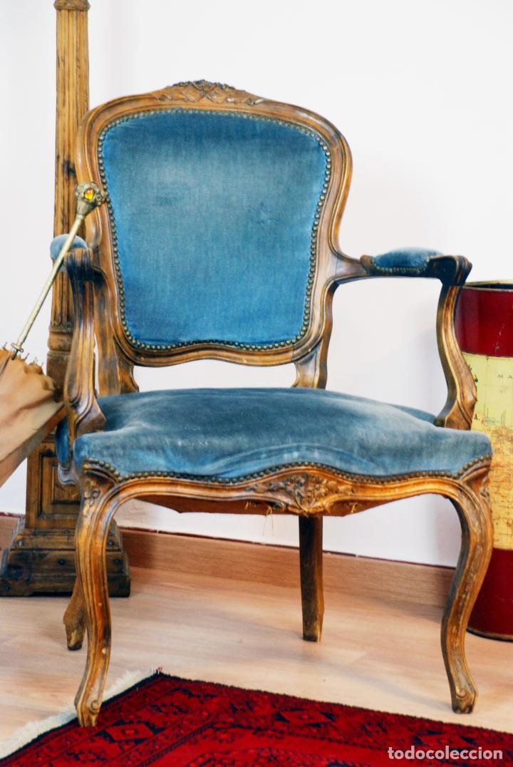 Antigüedades: Elegante conjunto de salón. Aparador en nogal macizo con cajones y dos butacas estilo Luis XV. - Foto 15 - 203198358