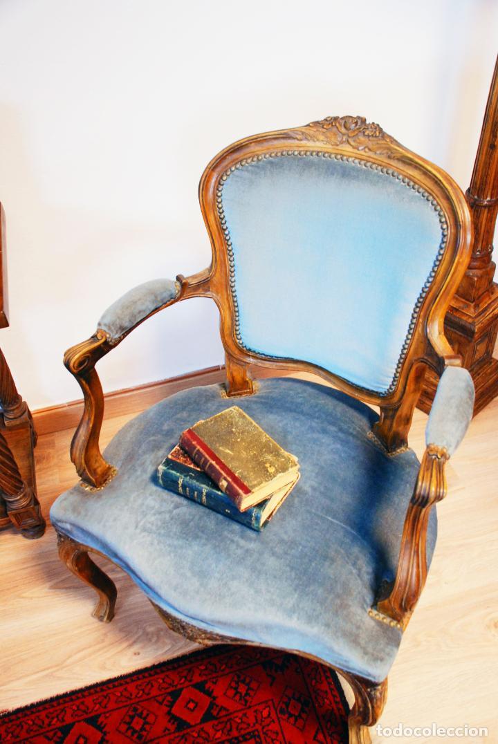 Antigüedades: Elegante conjunto de salón. Aparador en nogal macizo con cajones y dos butacas estilo Luis XV. - Foto 20 - 203198358
