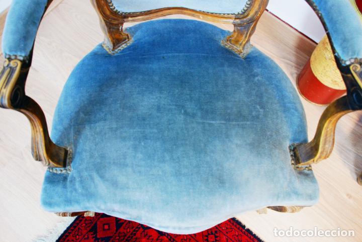 Antigüedades: Elegante conjunto de salón. Aparador en nogal macizo con cajones y dos butacas estilo Luis XV. - Foto 22 - 203198358